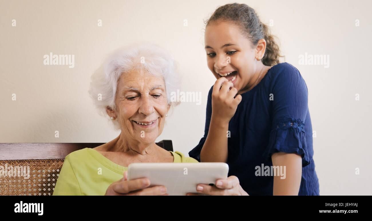 Lien Familial Entre Grand Mère Et Sa Petite Fille Bond L