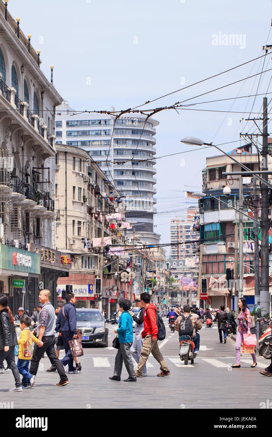 bfaf2465f82 SHANGHAI-5 mai 2014. Zhejiang Road très dense