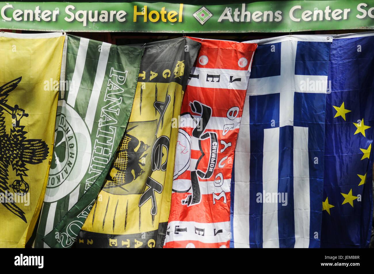 Des drapeaux grecs et européens dans une rue d'Athènes (Grèce) Photo Stock