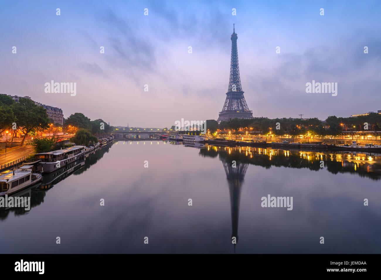 Les toits de la ville de Paris avec la Tour Eiffel et de la Seine River quand le lever du soleil, Paris, France Photo Stock
