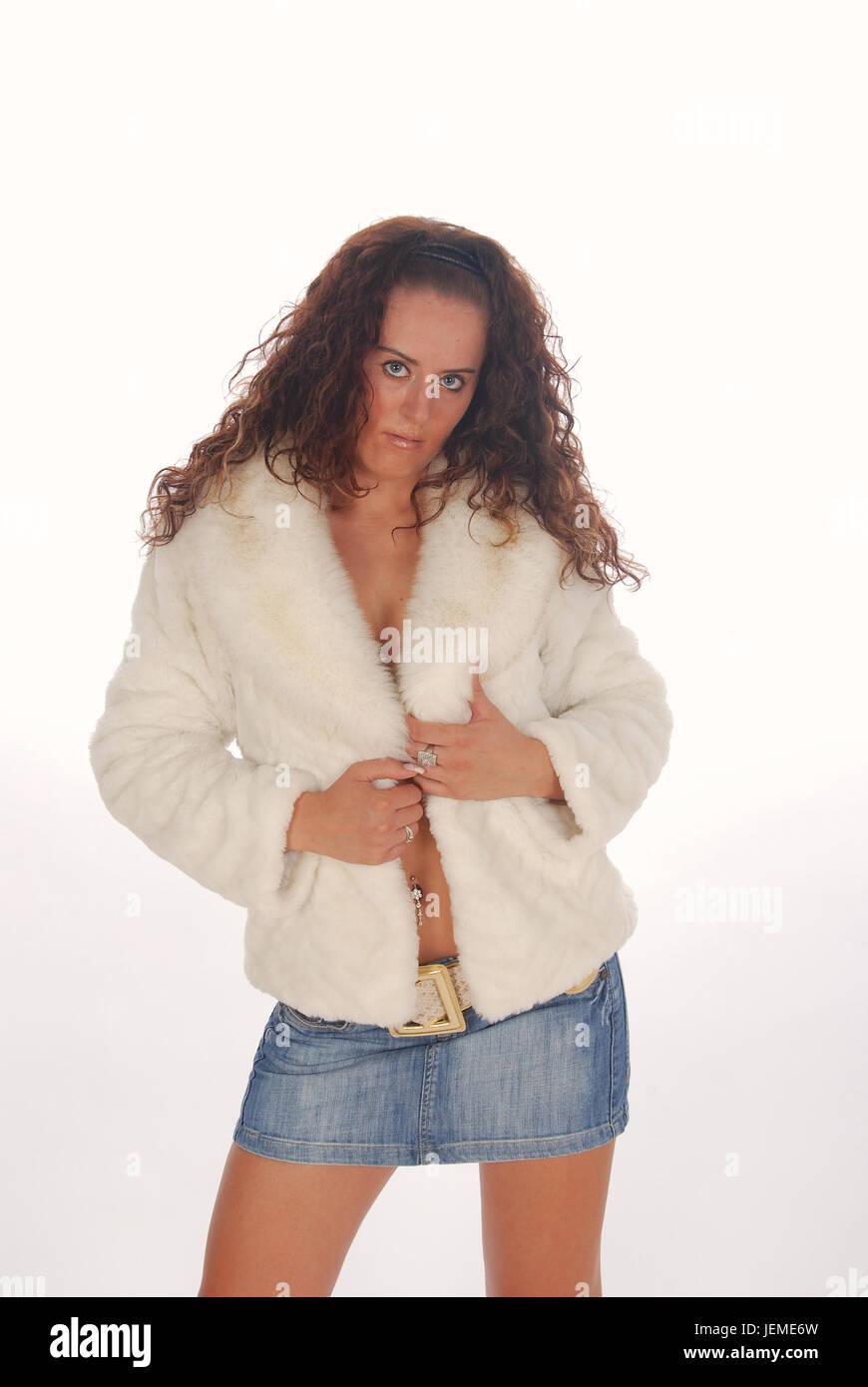 Belle jeune fille aux cheveux noirs dans le studio portant une mini-jupe en  jean 0e4c4458f77