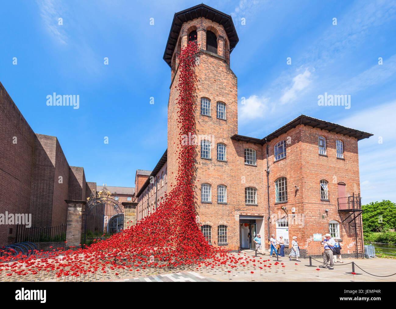 Moulin à soie Derby Fenêtre pleurant coquelicots Exposition par Paul Cummings au Derby Silk Mill Juin Photo Stock