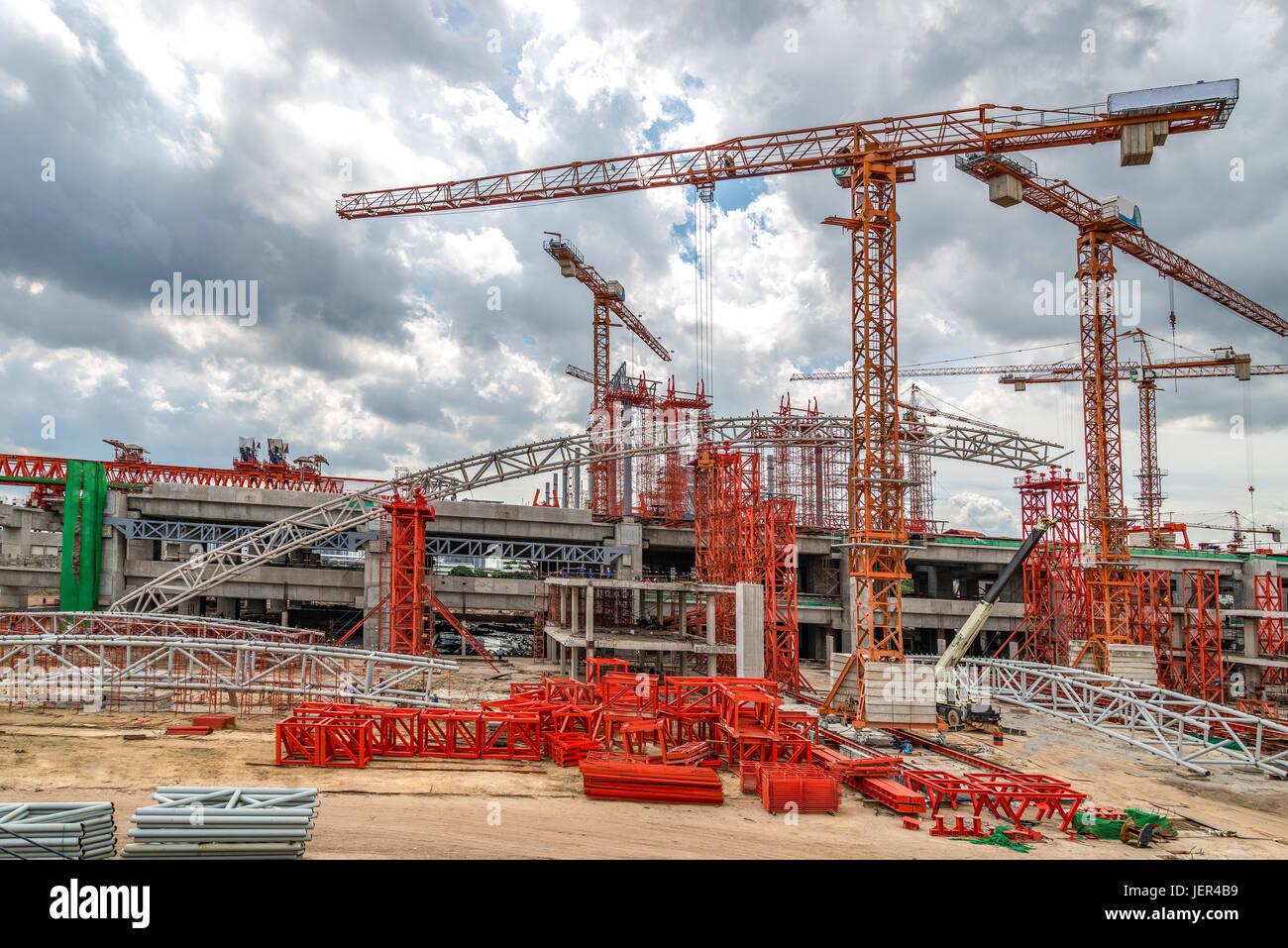 Travailler sur les grues des chantiers de construction de l'autoroute en Asie Banque D'Images