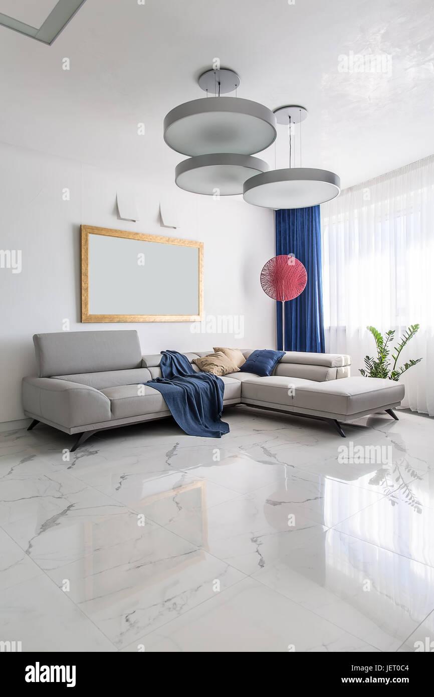 Cette chambre moderne avec des murs blancs et de carrelage ...