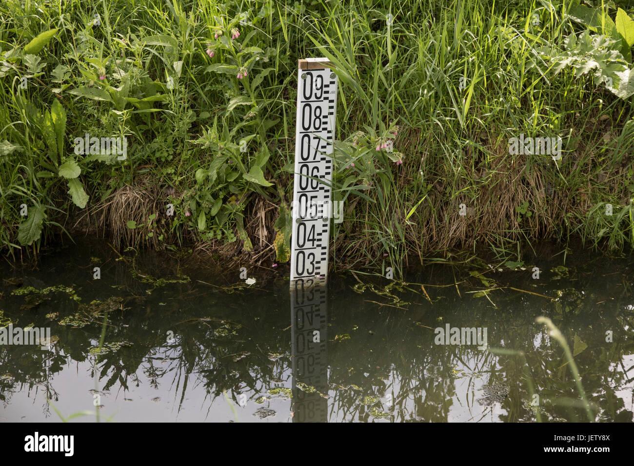 Canal d'irrigation, d'une jauge de profondeur de l'eau Photo Stock