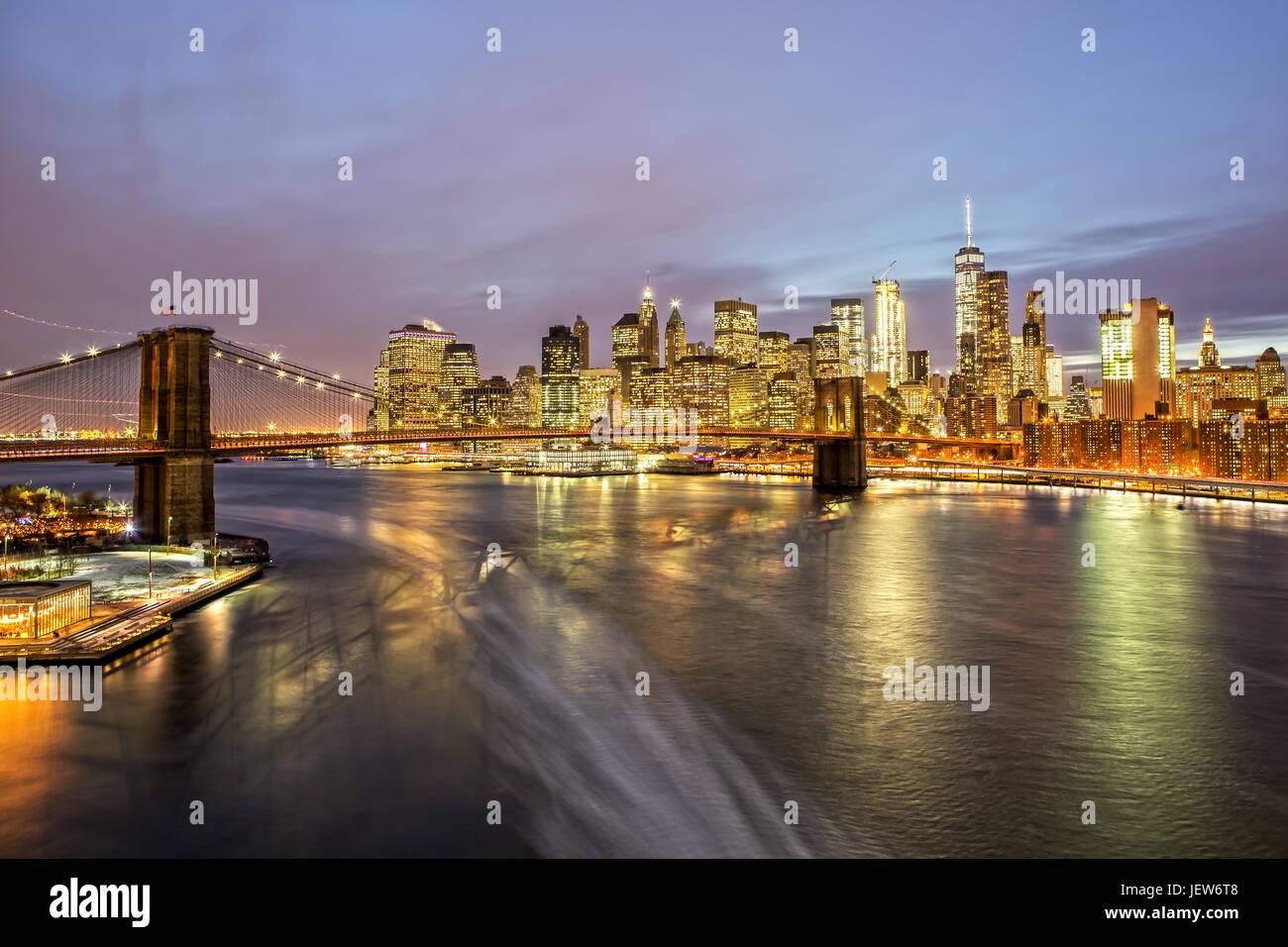 Pont de Brooklyn et Manhattan de nuit Photo Stock