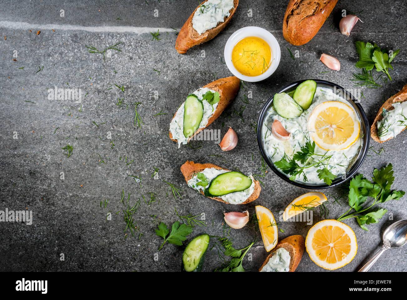 La cuisine grecque traditionnelle et du Caucase. Tzatziki sauce avec des ingrédients - concombre, citron, persil, Photo Stock