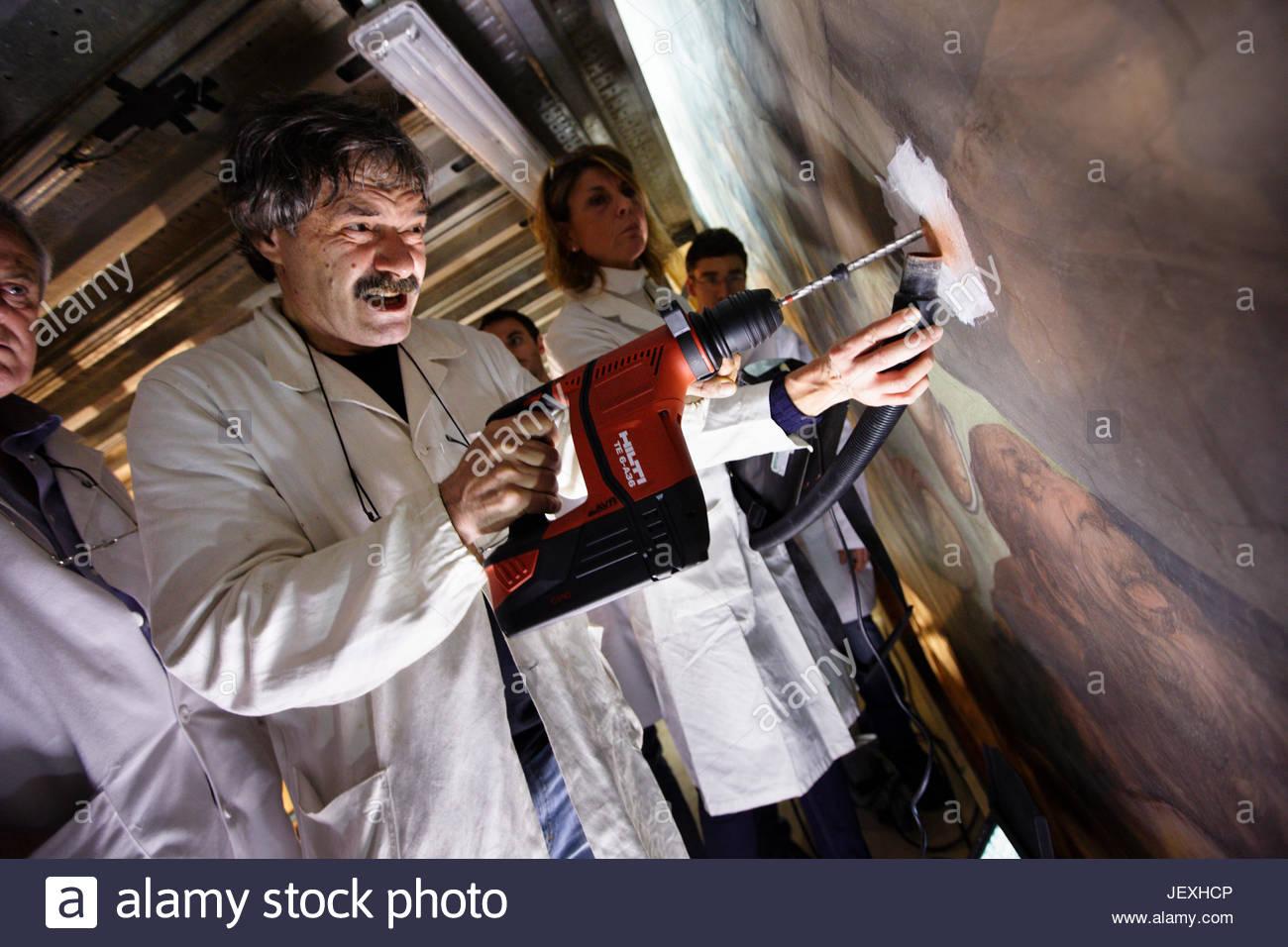 Restaurateurs de l'Opificio delle Pietre Dure à travers les trous de forage mis à disposition lors Photo Stock