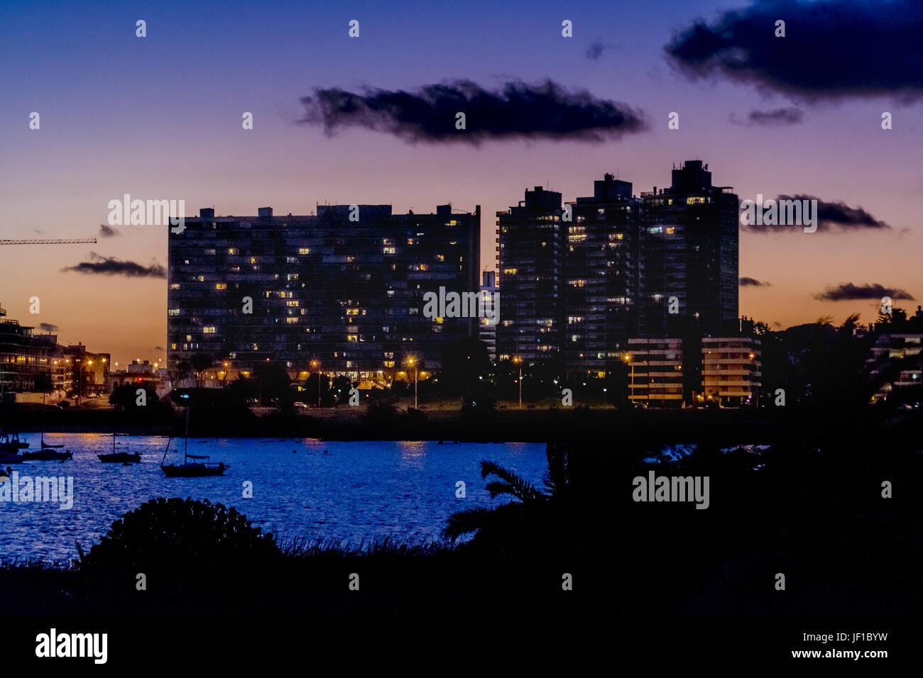 La ville de Montevideo, au crépuscule de scène Photo Stock