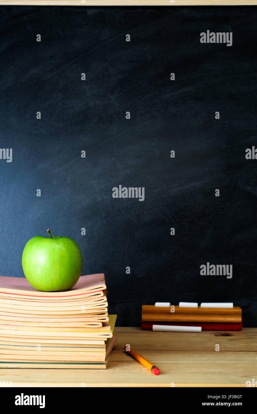 Un Tableau De L Ecole De L Enseignant Et Bureau Avec Pile De Livres D Exercices Et Une Pomme L Espace De Copie Sur Tableau Noir Portrait Verticale Photo Stock Alamy