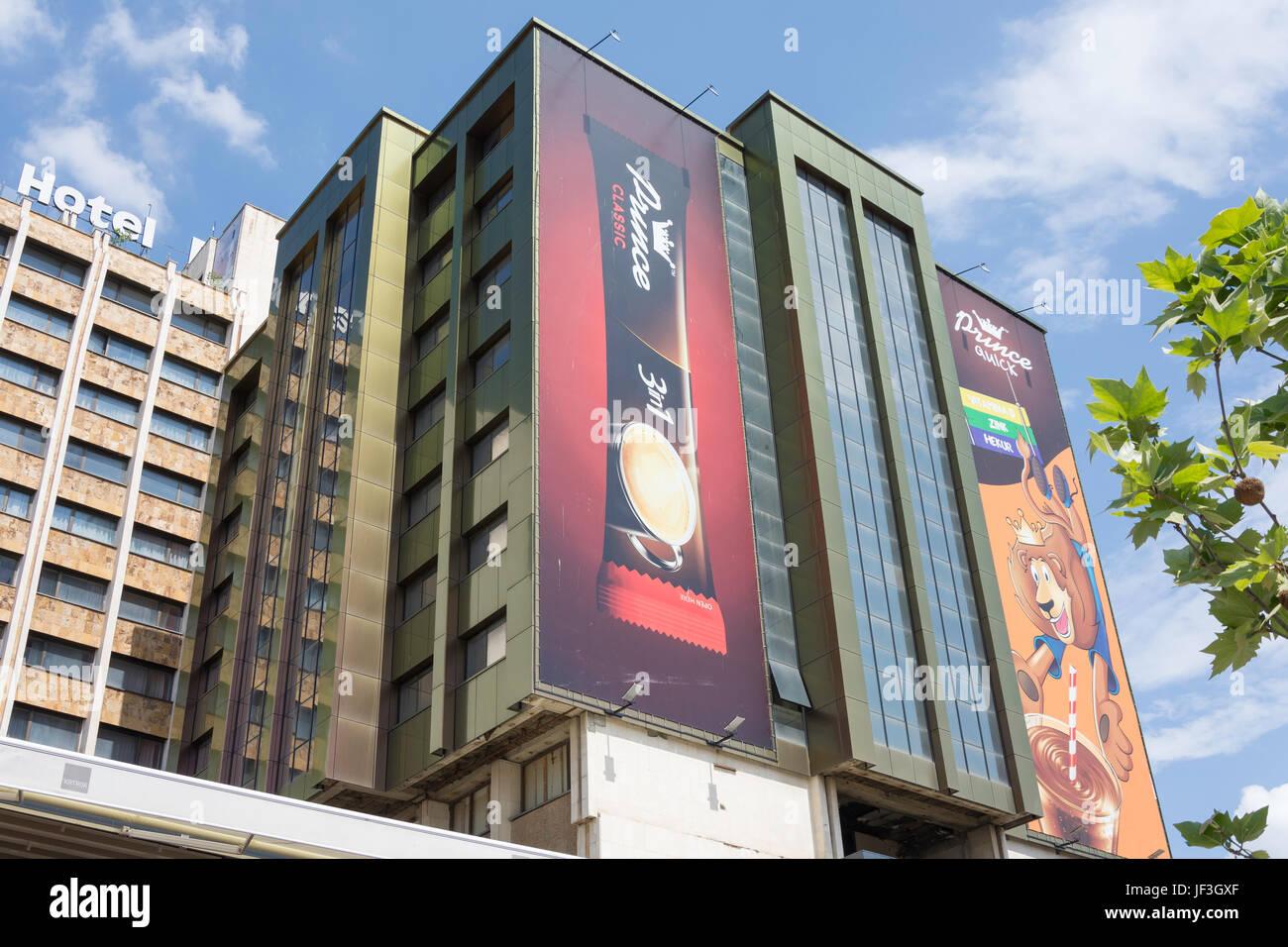 Immeuble de bureaux modernes avec les panneaux publicitaires dans le