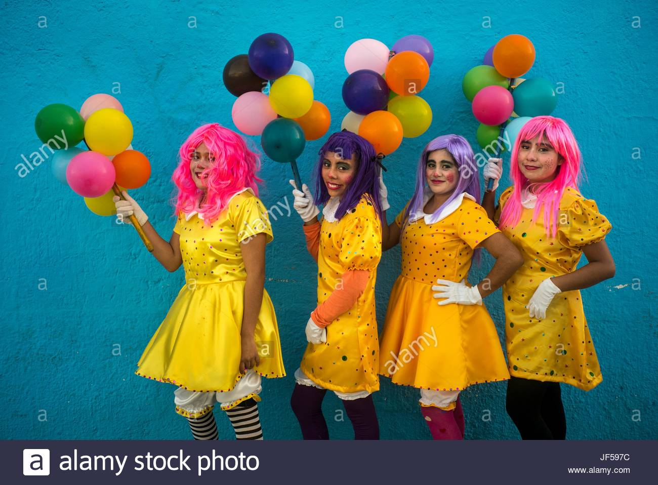 Des femmes habillées en costumes et perruques ballons tenir pendant le Jour des morts célébrations. Photo Stock