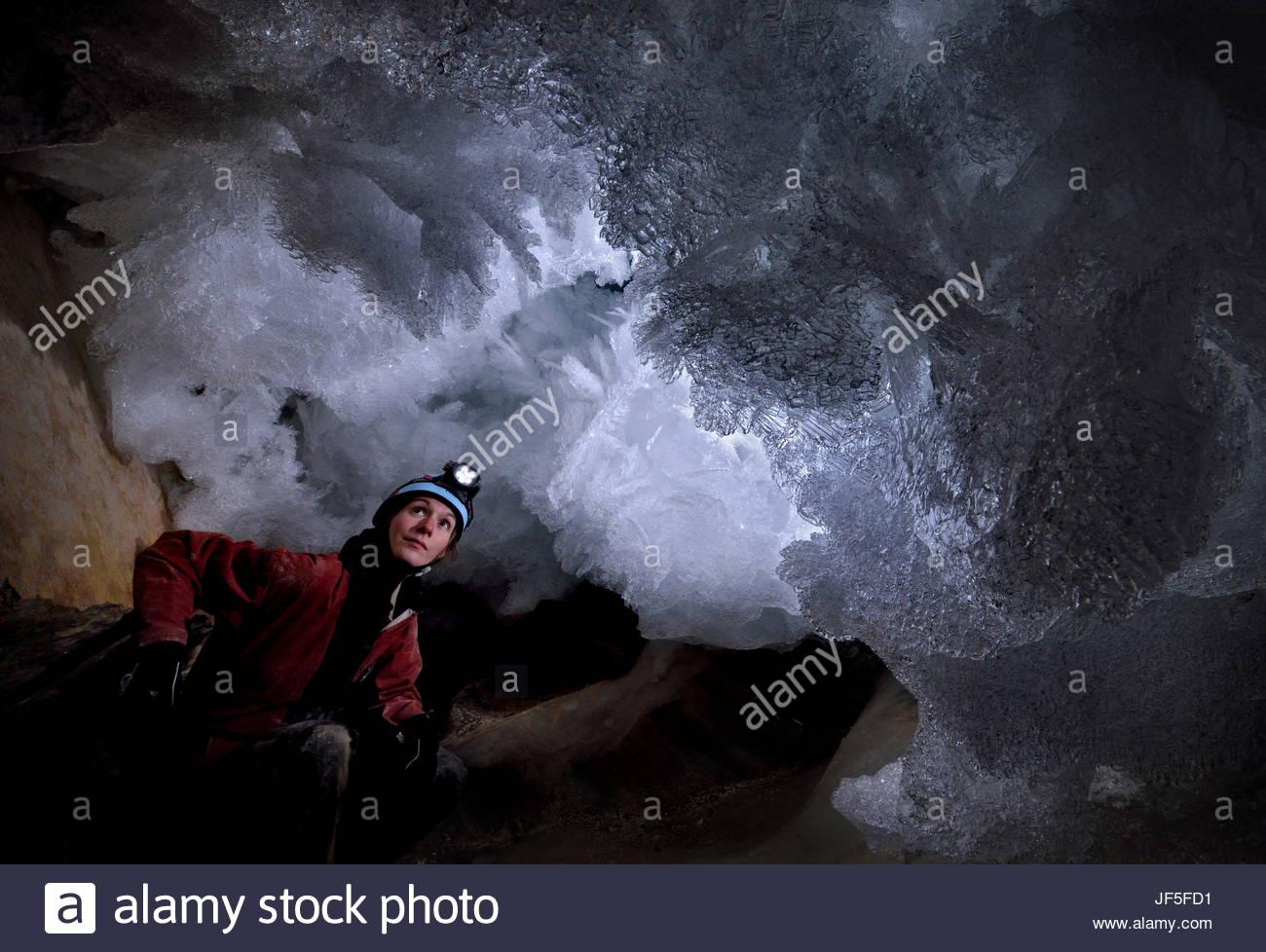 Un scientifique dates la caverne cryogénique de carbonates et examine les délicats cristaux de givre dans Photo Stock