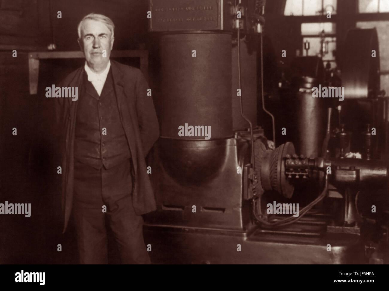 Thomas Alva Edison (1847-1931), inventeur et homme d'affaires américain, debout avec sa dynamo d'origine à Edison travaille à Orange, New Jersey, c1906. Banque D'Images