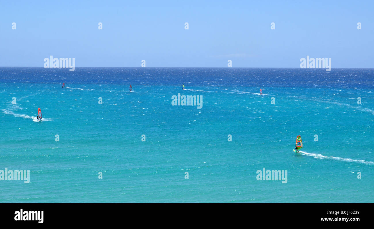 La planche à voile dans l'océan Atlantique près de Costa Calma Fuerteventura sur l'île Photo Stock