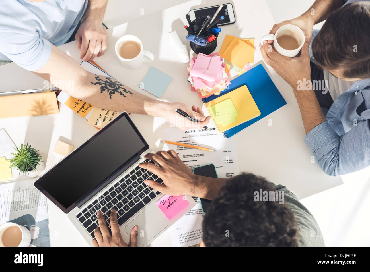 Les hommes d'affaires occasionnels qui travaillent sur de nouveaux projet au bureau d'affaires moderne, Photo Stock