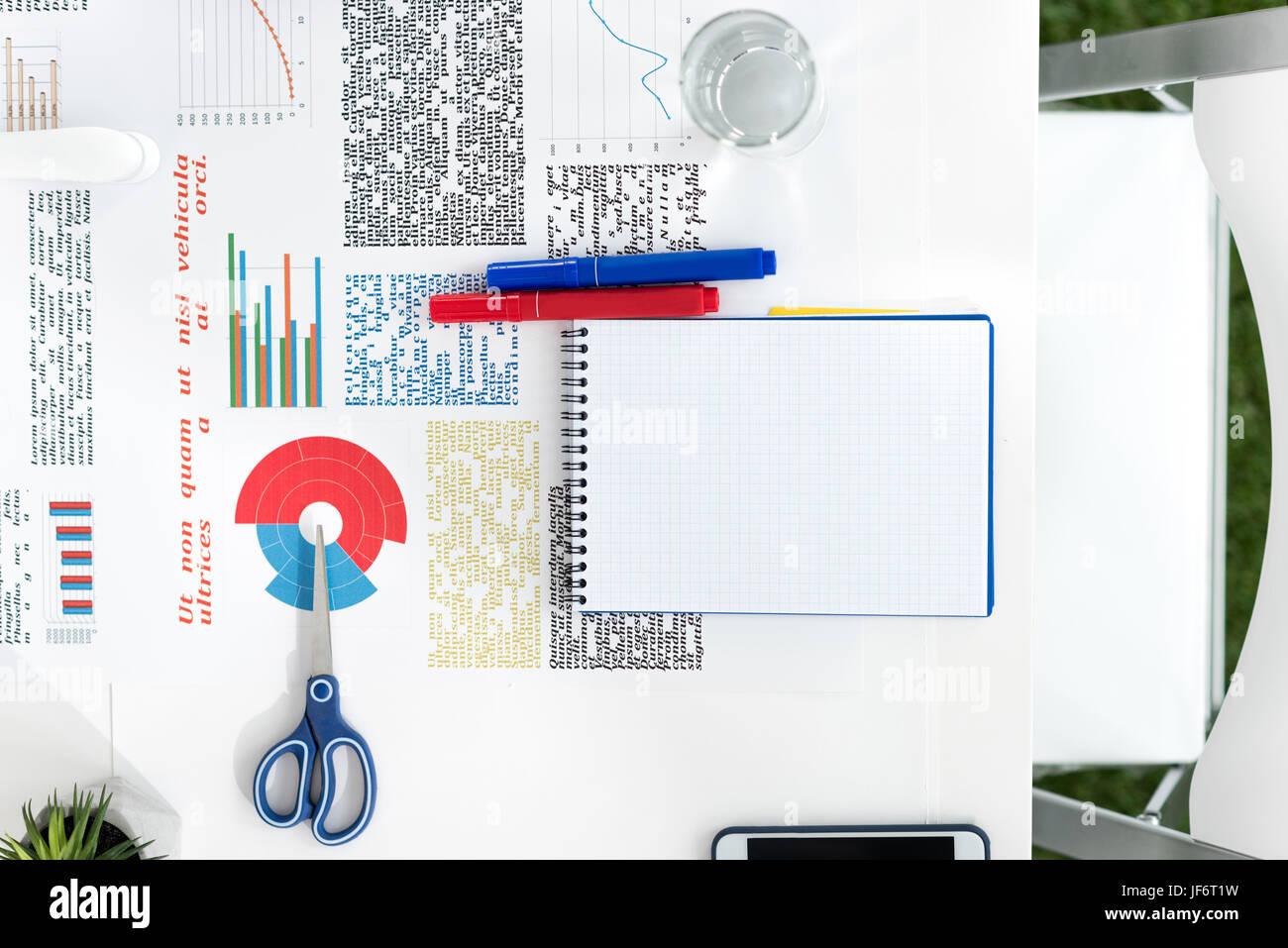 Vue de dessus de l'ordinateur portable, cartes d'affaires en blanc et des fournitures de bureau sur le lieu de travail Banque D'Images