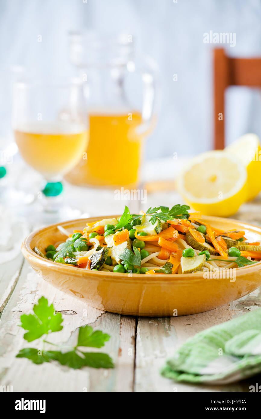 Plat de pâtes avec quelques carottes et courgettes grillées aux herbes Photo Stock