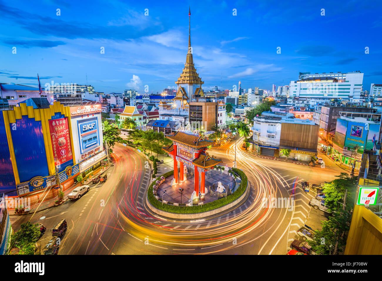 BANGKOK, THAÏLANDE - 23 septembre 2015: le trafic passe par Chinatown à Odéon rond-point. Le Photo Stock