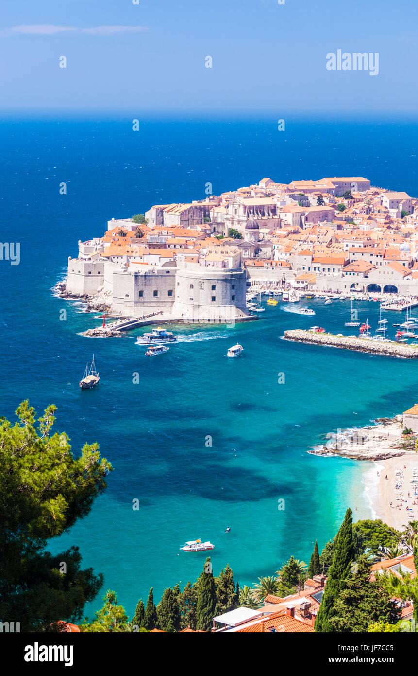 Croatie Dubrovnik Croatie côte Dalmate vue sur la vieille ville de Dubrovnik remparts vieux port et le port Photo Stock
