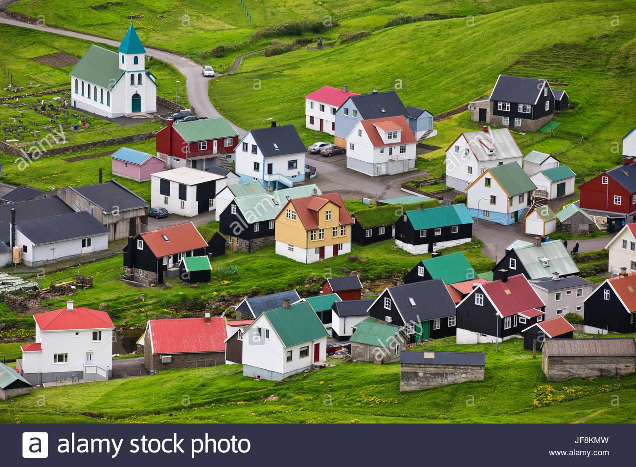 Vue d'un village traditionnel de Gjov dans les îles Féroé. Photo Stock