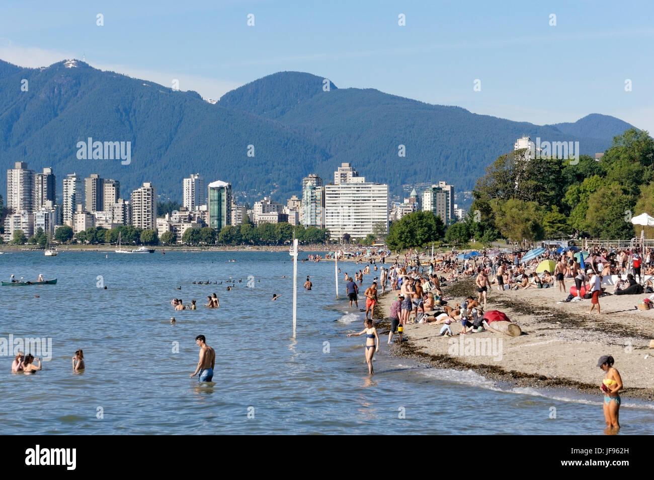 Personnes bronzer et nager dans la baie English à Kitsilano Beach, Vancouver, British Columbia, Canada Photo Stock