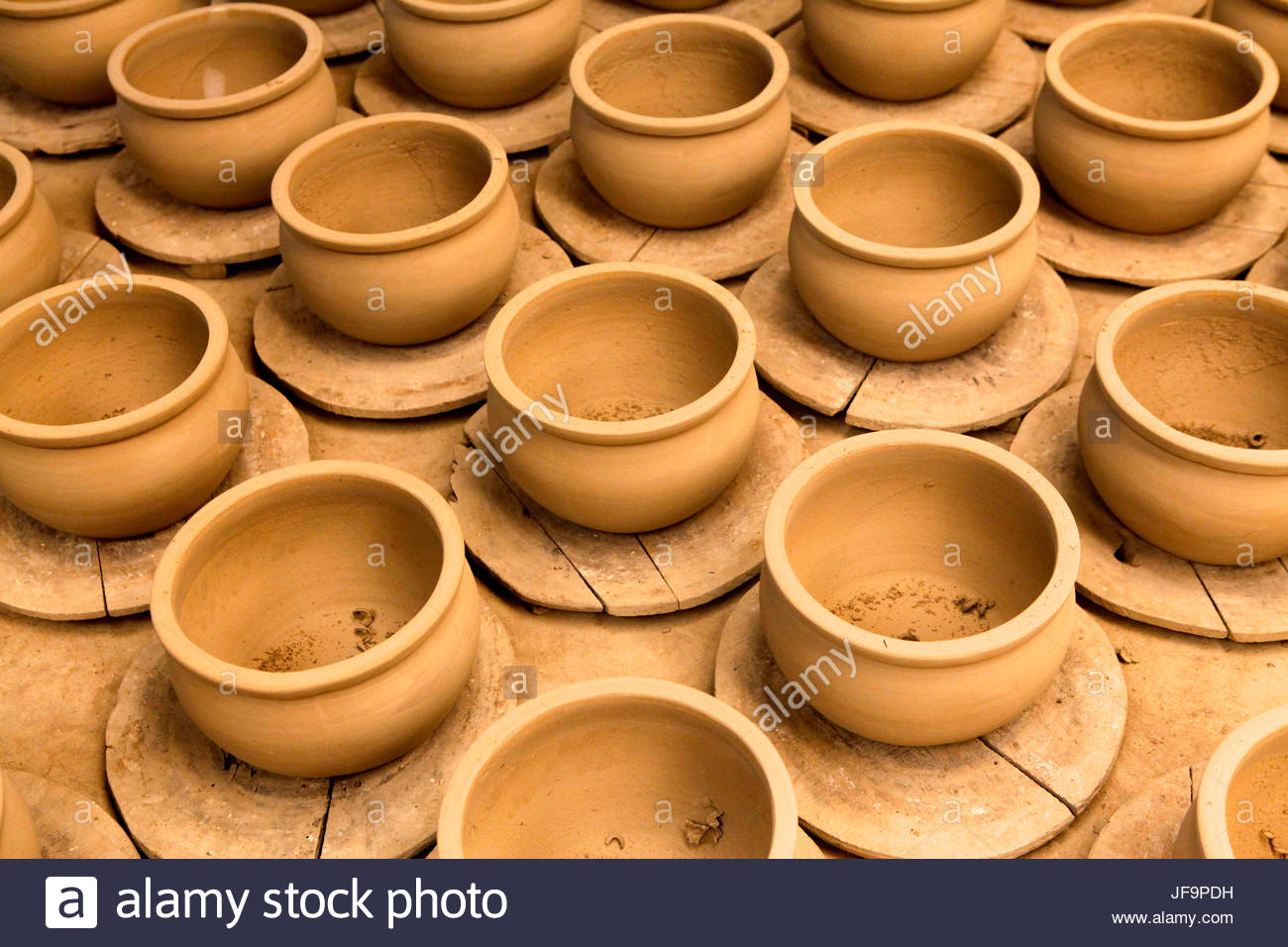 La poterie de séchage plus tard pour être vendus le long du Delta du Mékong. Photo Stock