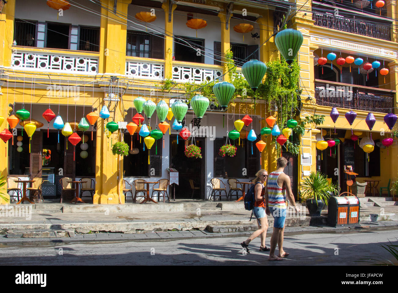 Les touristes des lanternes traditionnelles à Hoi An, Vietnam Photo Stock
