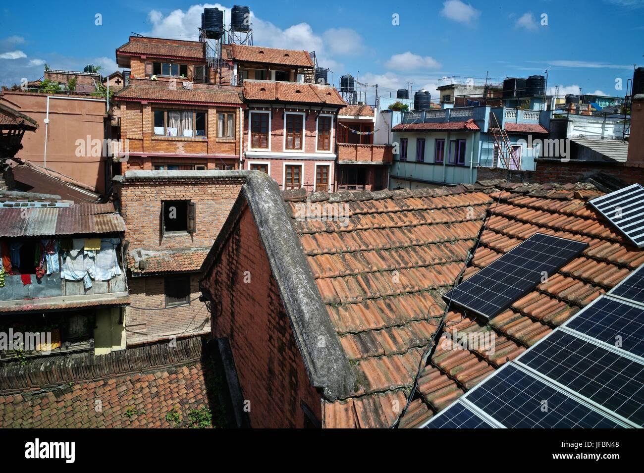 Des panneaux solaires sur les toits de Patan, un site du patrimoine mondial. Photo Stock