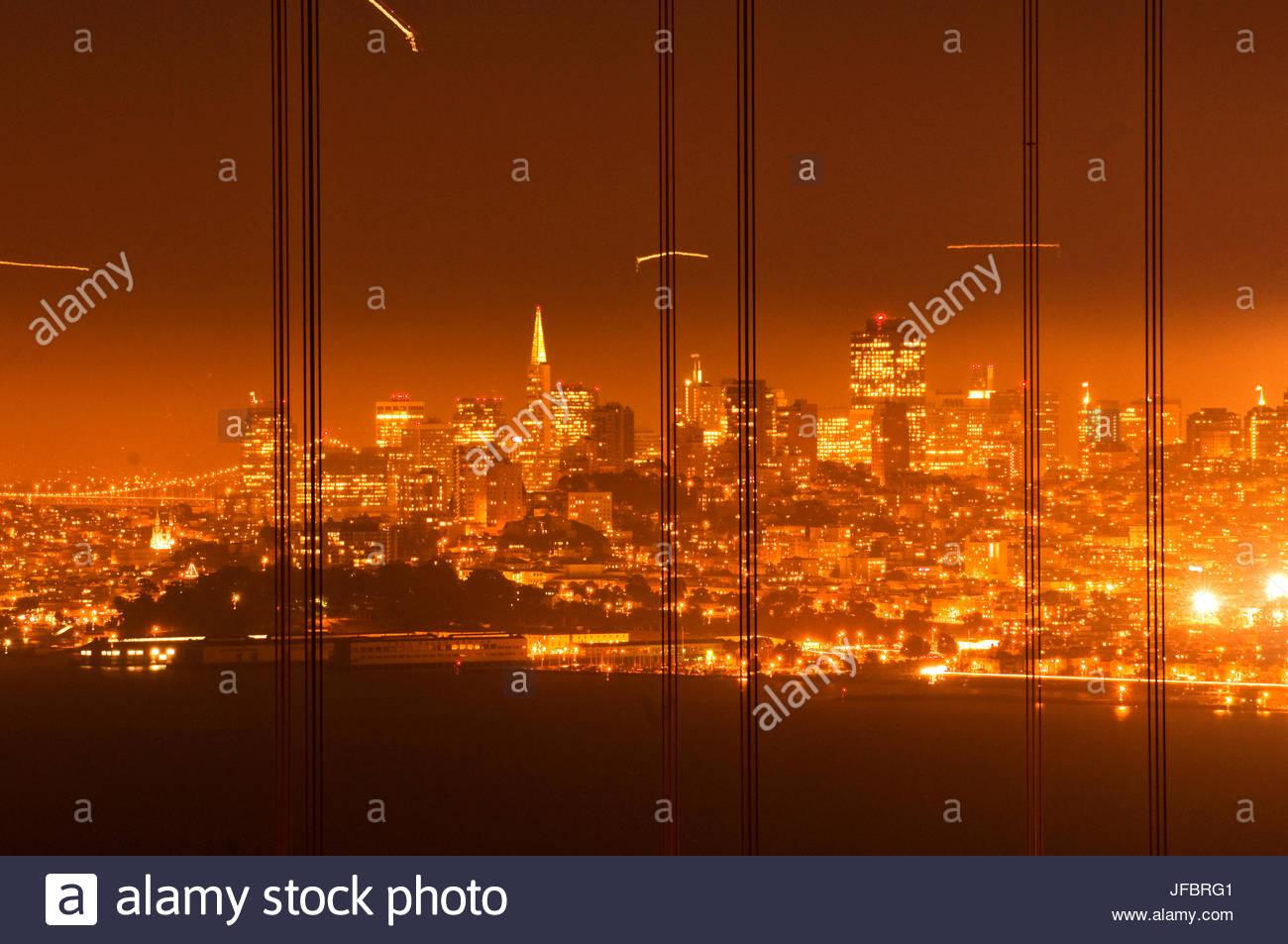 Le Golden Gate Bridge, peu après le coucher du soleil, le Marin Headlands. Photo Stock
