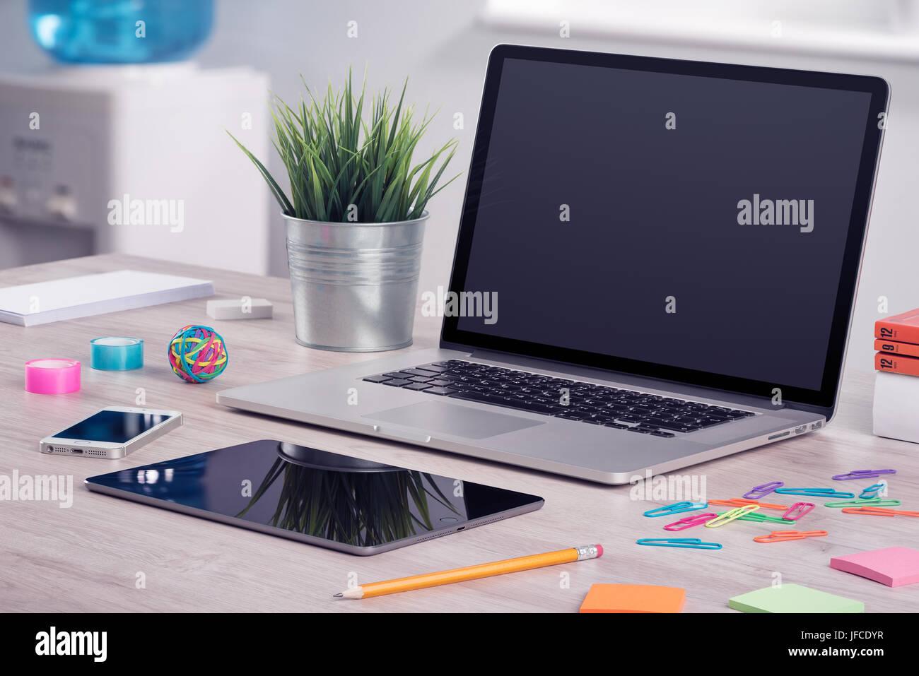 Travail de bureau moderne avec ordinateur portable immersive tablet
