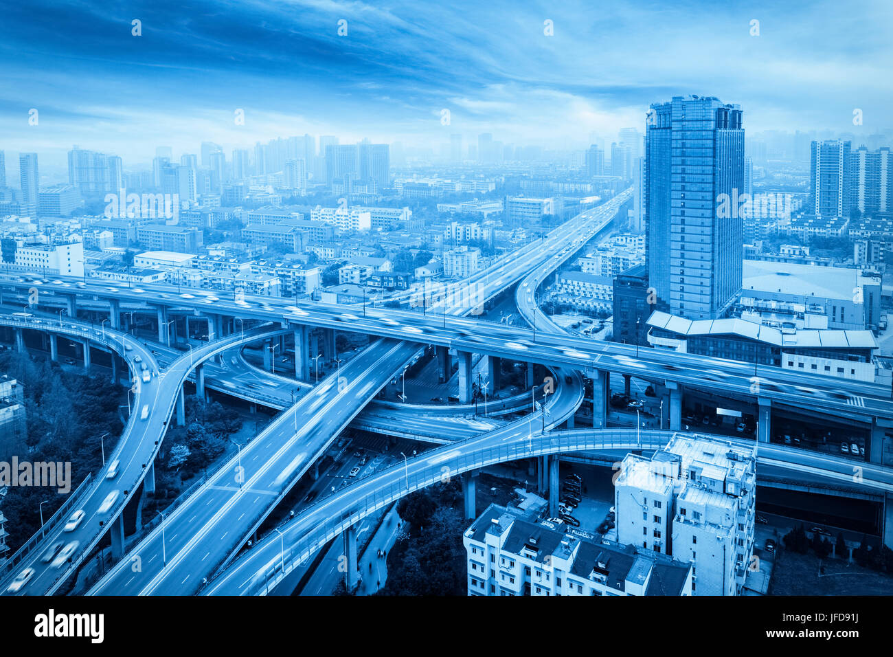 Viaduc de la ville avec ton bleu Photo Stock