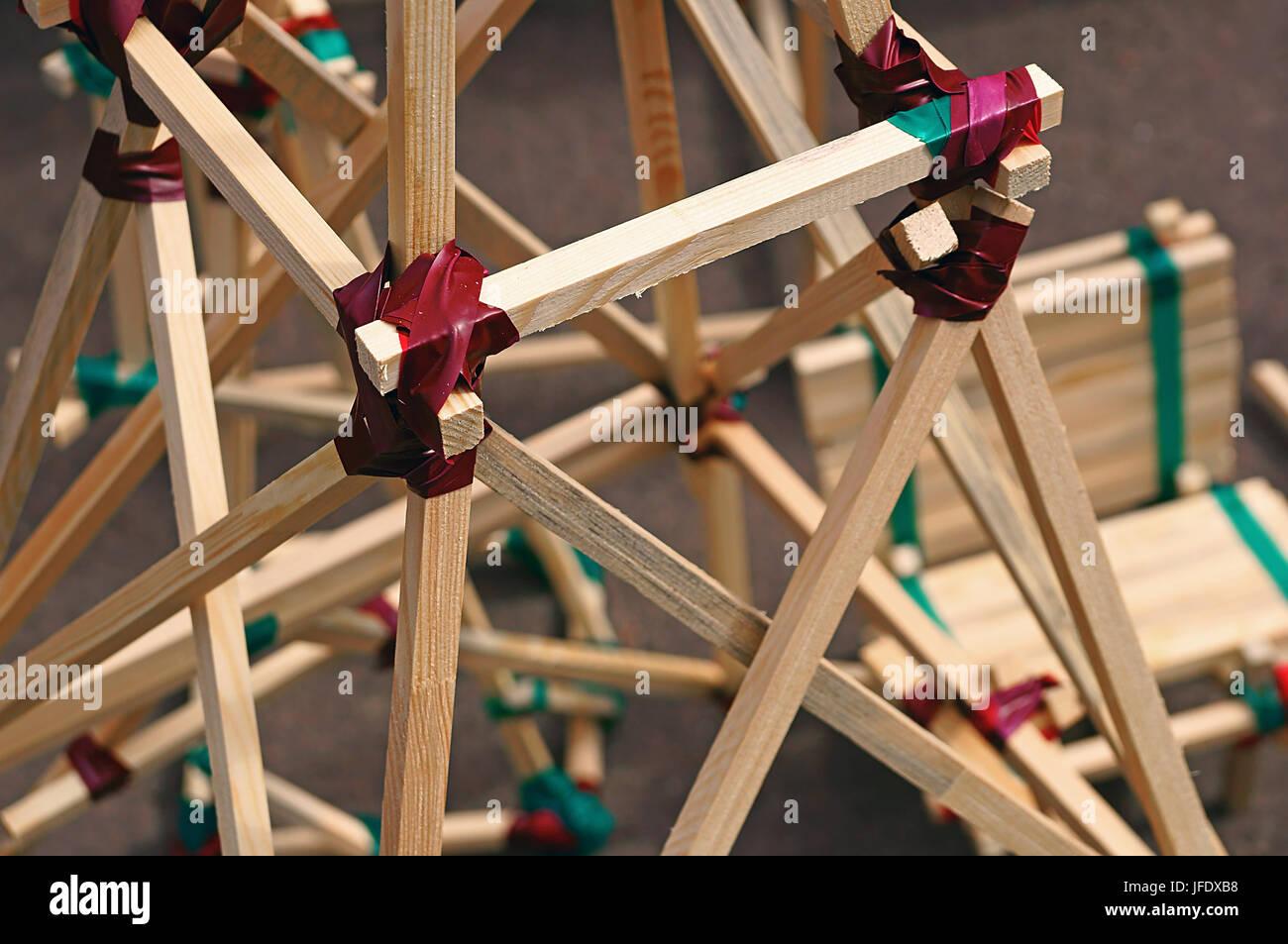 Construction à partir de lattes de bois reliées par la bande de conduit Photo Stock