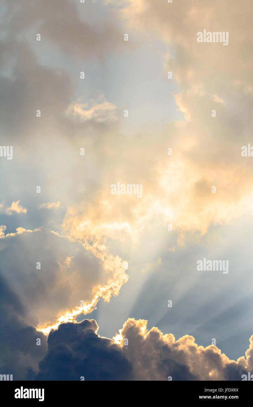 Des nuages et des rayons de soleil sur l'heure du soir Banque D'Images