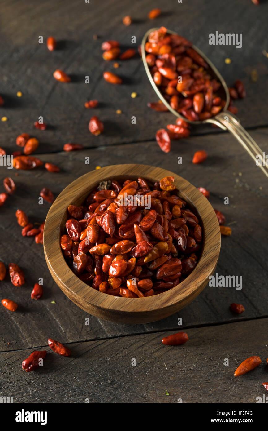 Matière sèche organique petit Pequin le piment dans un bol Photo Stock