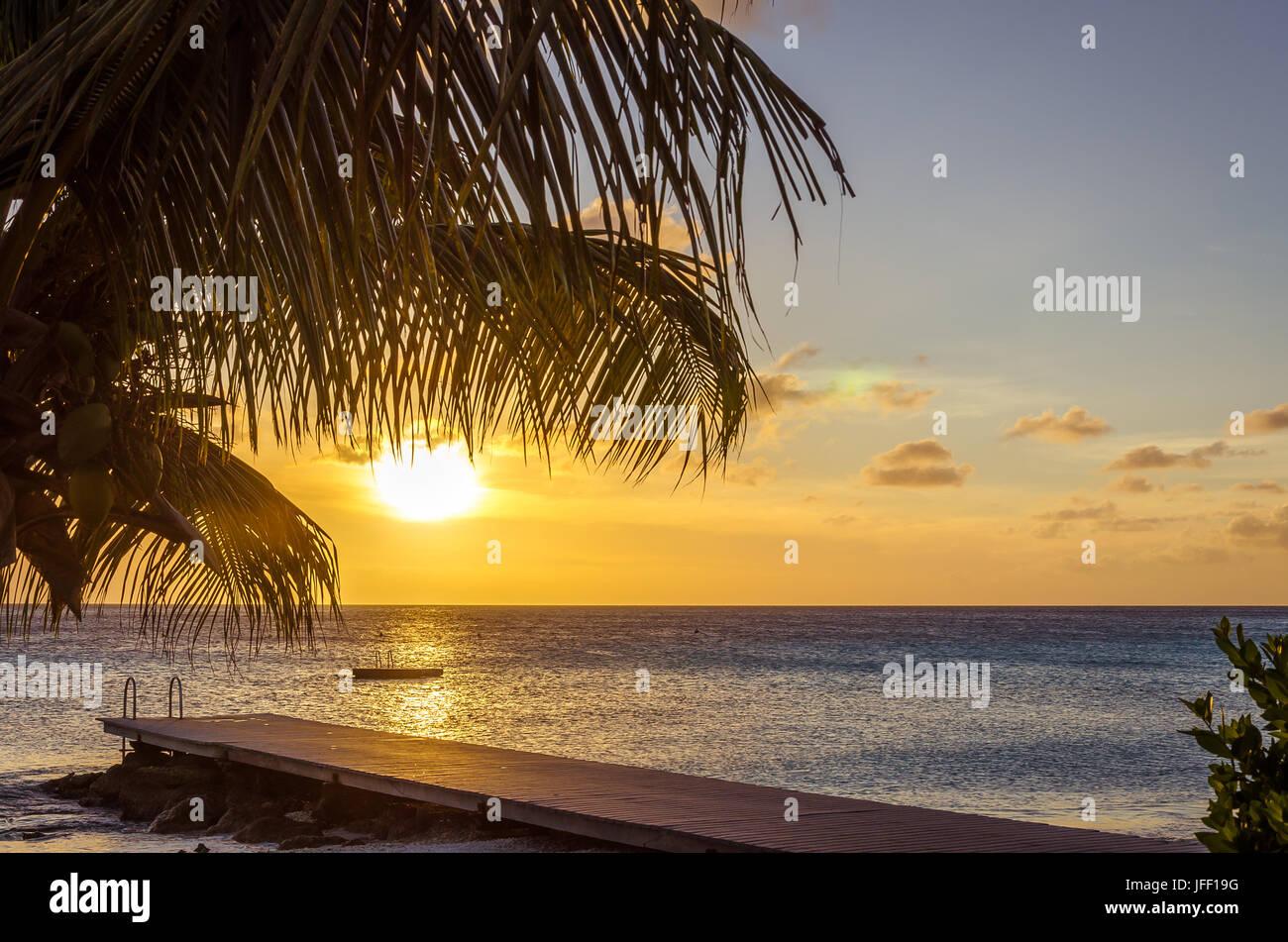 Coucher du soleil à la plage de sable blanc de Porto Mari Photo Stock