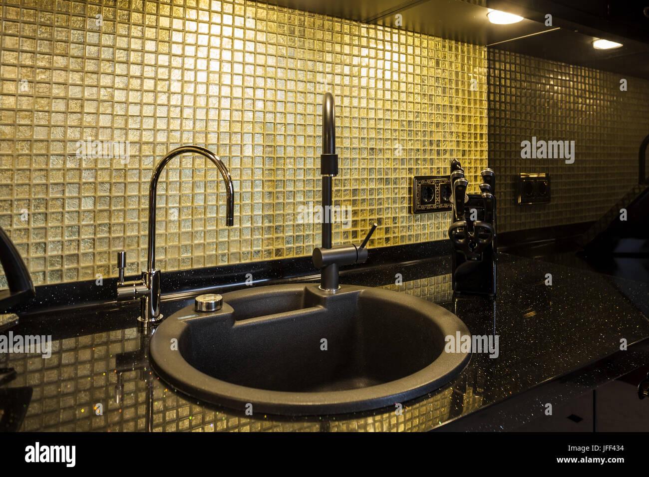 Bureau cuisine avec un évier et robinet Photo Stock