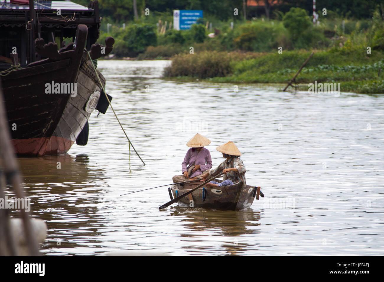 Les femmes dans une barque pour lookoing clients touristiques sur la rivière Thu Bon à Hoi An, Vietnam Photo Stock