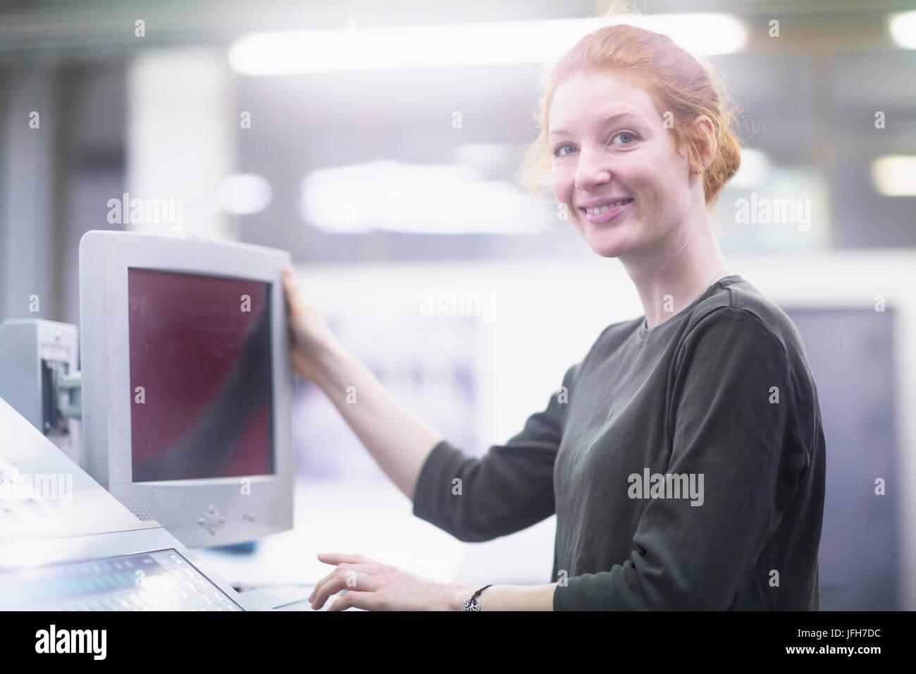 Portrait de travailleur d'impression photocopieur holding Banque D'Images