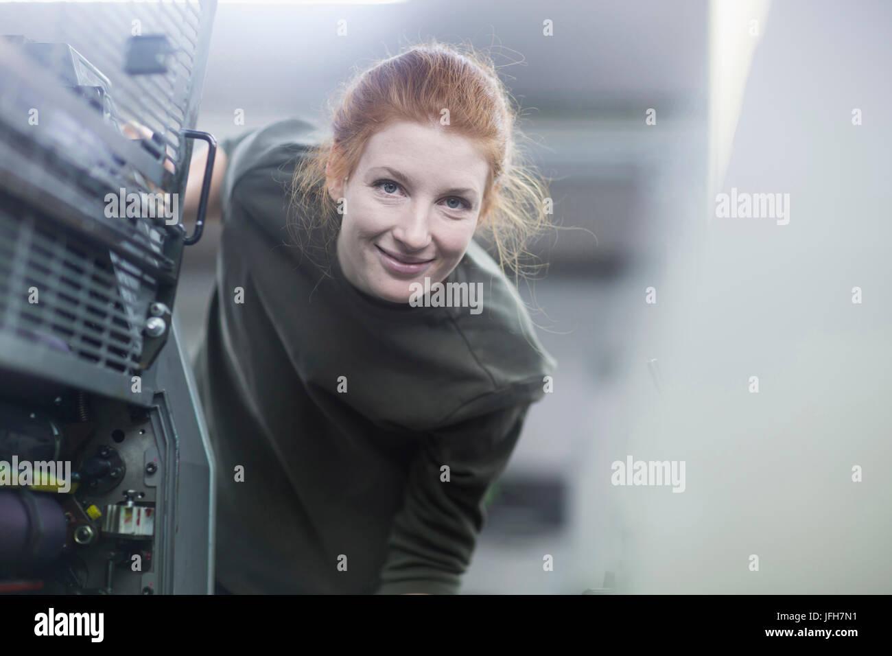Portrait de belle worker par machine d'impression Banque D'Images
