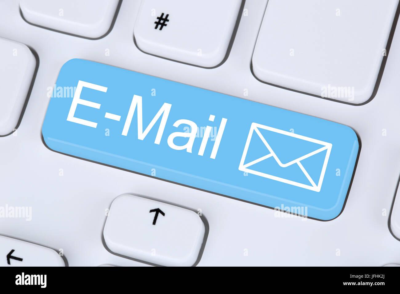 E-Mail Nachricht senden im Internet vom ordinateur Photo Stock
