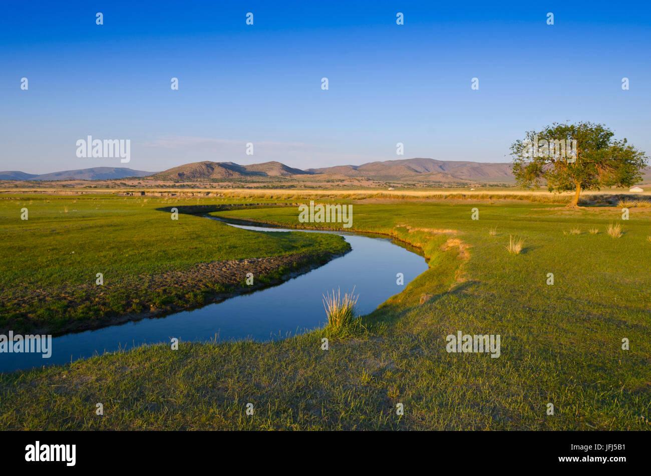 La Mongolie, l'Asie centrale, camp dans le paysage de steppe de Gurvanbulag, rivière Photo Stock