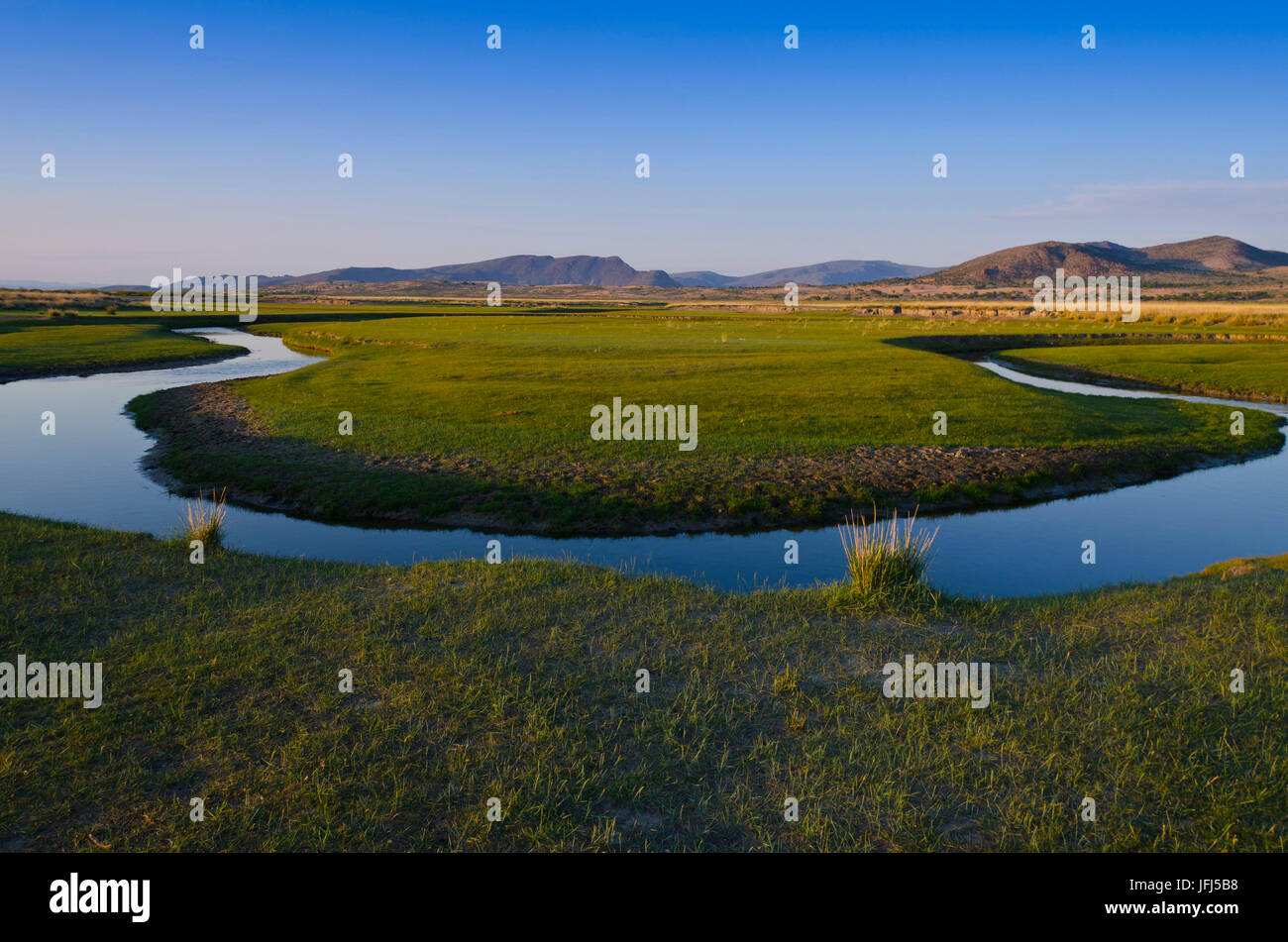 La Mongolie, l'Asie centrale, camp dans le paysage de steppe de Gurvanbulag, river bend Photo Stock