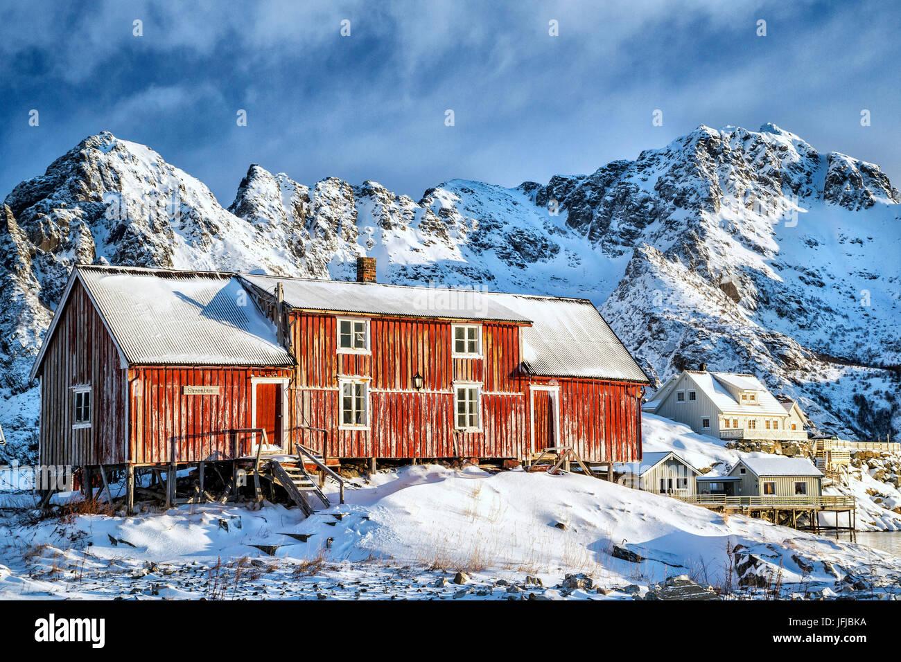 Maison rouge typique des îles Lofoten, Norvège, Europe, Henningsvaer Photo Stock