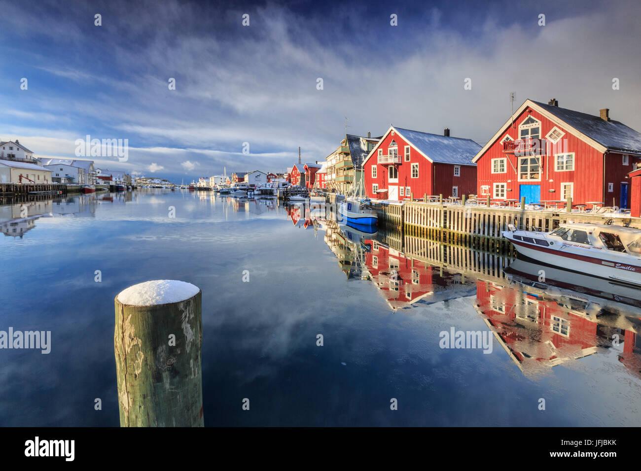 Maisons rouge reflétée dans le canal de Henningsvær, îles Lofoten, Norvège, Europe Photo Stock