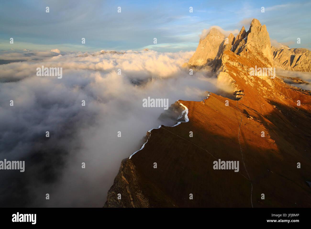 Vue aérienne de Seceda de Odle entouré par des nuages au coucher du soleil, Dolomites Val Funes Trentin-Haut-Adige Banque D'Images