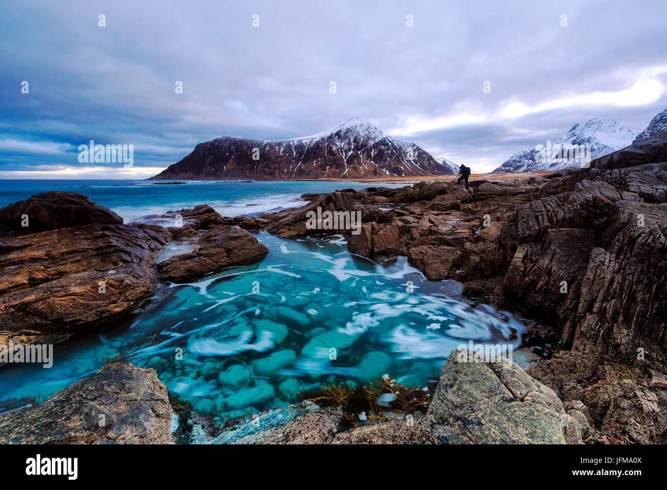 Flakstad plage avec Hustinden pic dans l'arrière-plan, îles Lofoten, Norvège Photo Stock