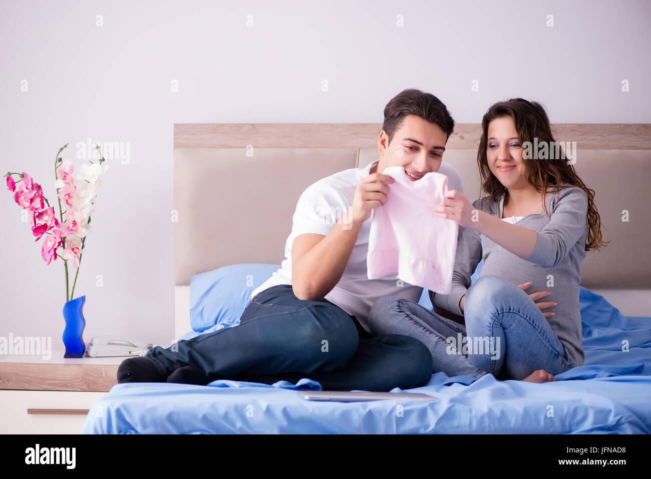 jeune famille avec femme enceinte attend b b au lit banque d 39 images photo stock 147371988 alamy. Black Bedroom Furniture Sets. Home Design Ideas