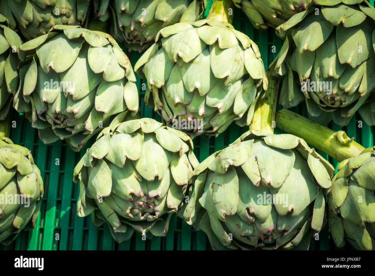Artichauts sur un étal du marché Photo Stock