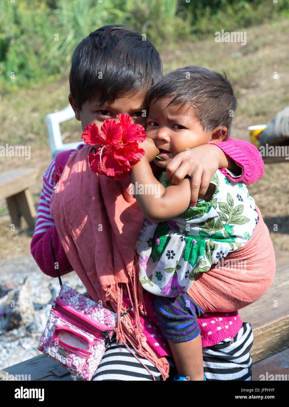 Les enfants timides, Meghalaya, en Inde Photo Stock